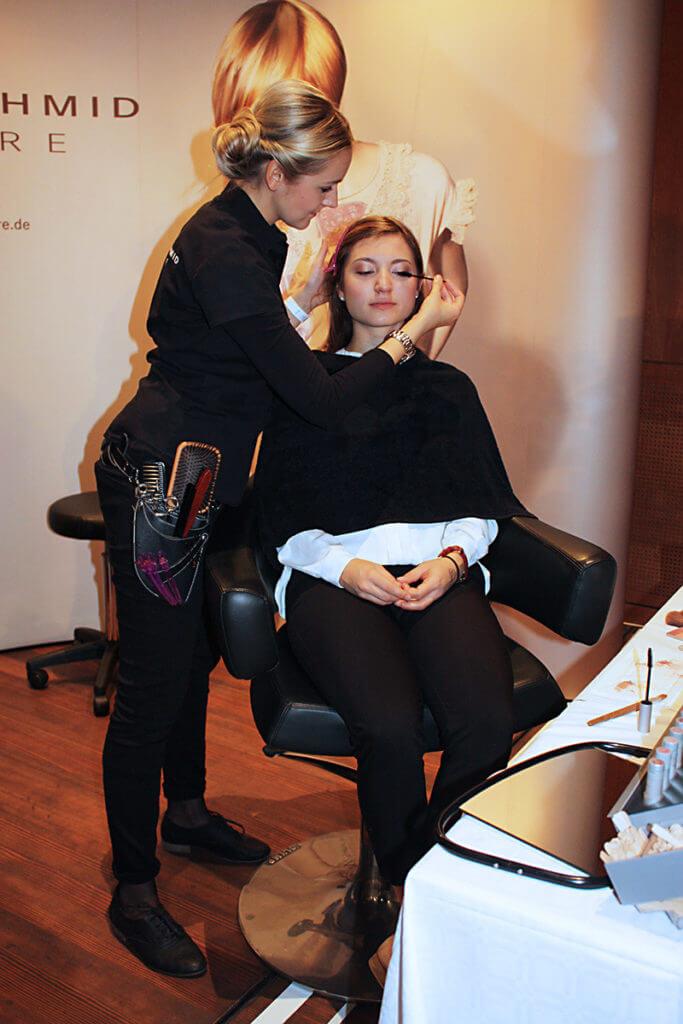 Zu einem gelungenen Hochzeitsstyling gehören die richtige Frisur und das passende Make-up.