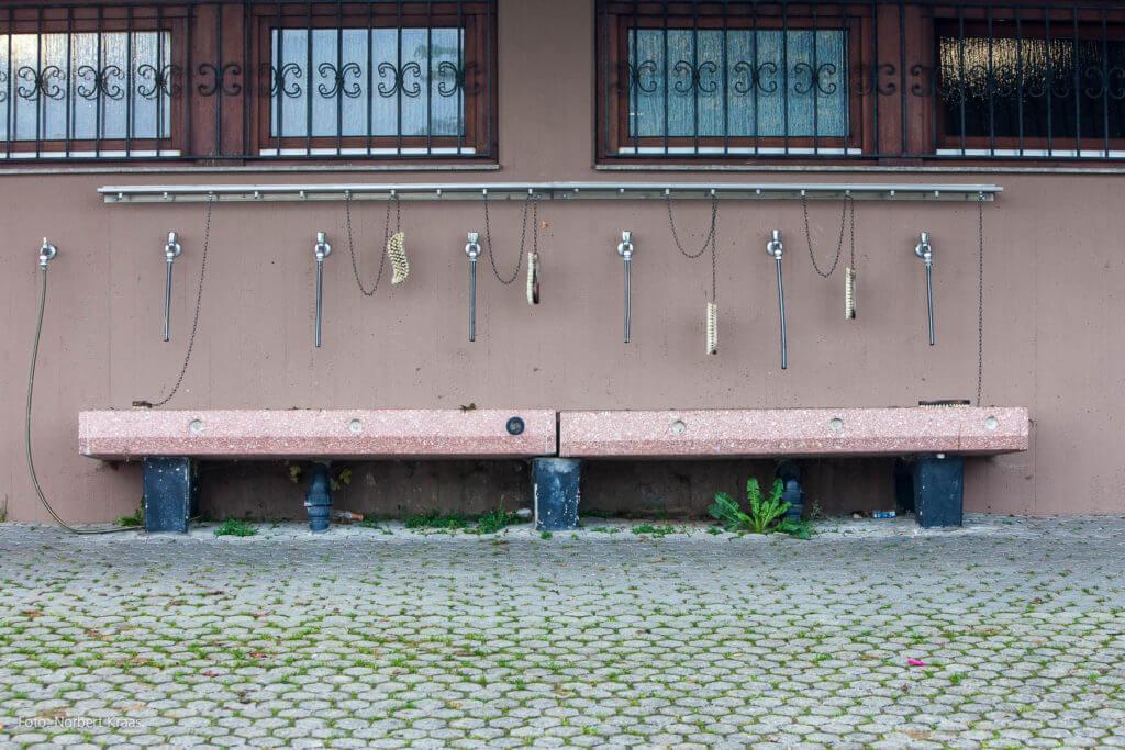 Hier werden keine Köpfe gewaschen, sondern Fußballschuhe geputzt. Hoffentlich! Foto: Norbert Kraas