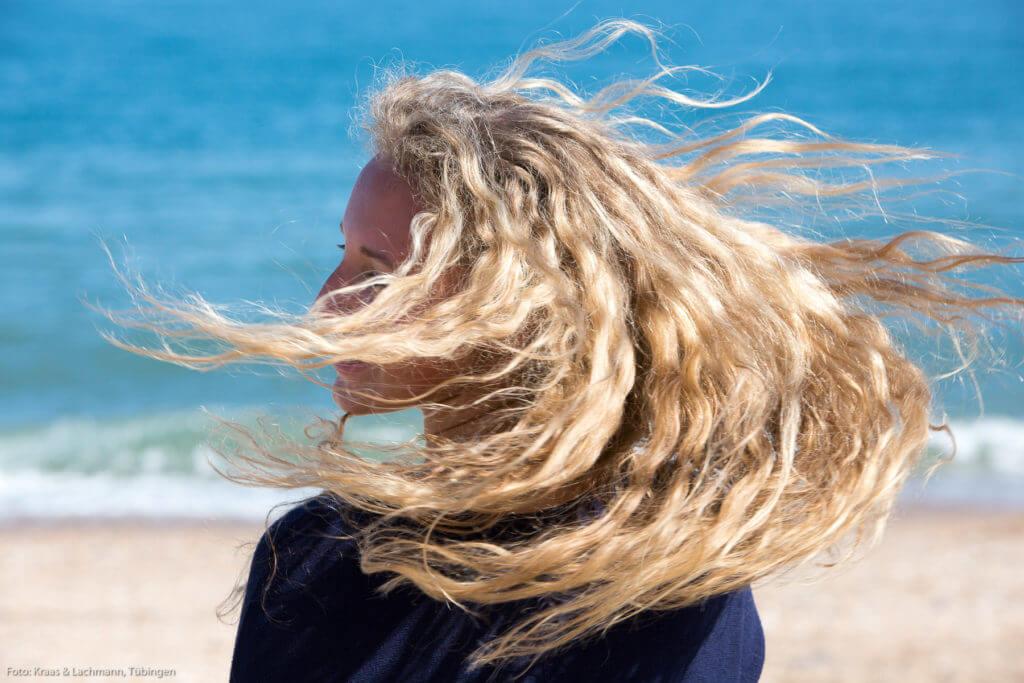 Nein, liebe Leserinnen, diese schönen Haare werden nicht nur mit Wasser gepflegt. Ganz sicher!