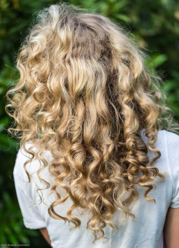 Garantiert nicht unkämmbar sind diese schönen Haare. Zeit und Geduld braucht man aber schon.