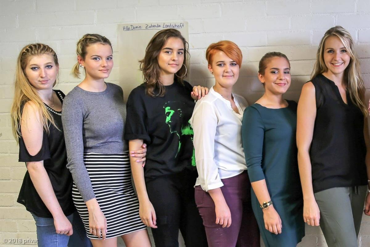 Unsere angehenden Friseurinnen mit Topstylistin Janine Zwietasch (ganz rechts)