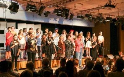 Friseursalon im Klassenzimmer: Unsere Friseurinnen unterstützen Musicalaufführung in Reutlingen