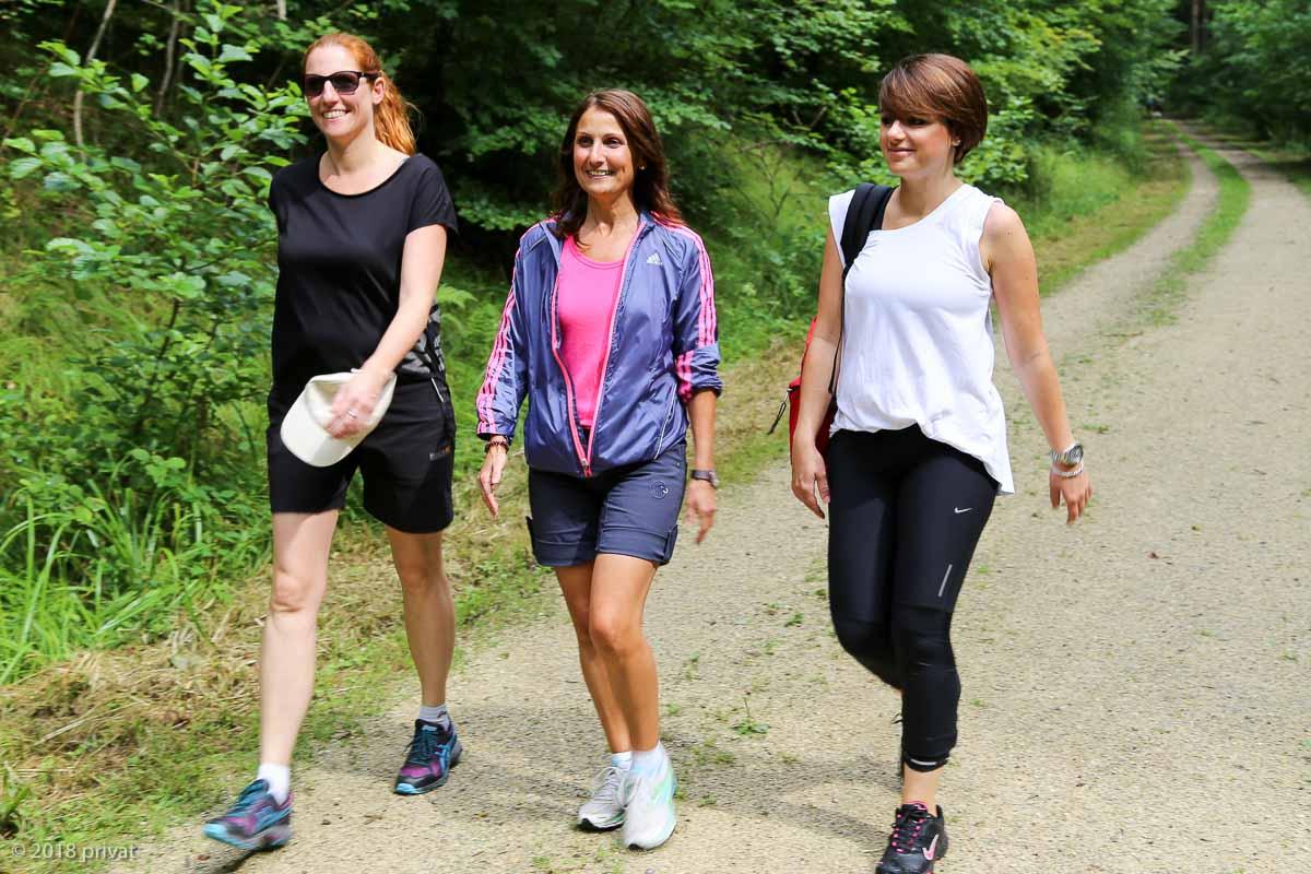 Gut zu Fuß bei der Testwanderung für den AVEDA Earth Month Spendenlauf: die Friseurmeisterinnen Petra Hepper, Domenica Krummrein und Nicole Preininger