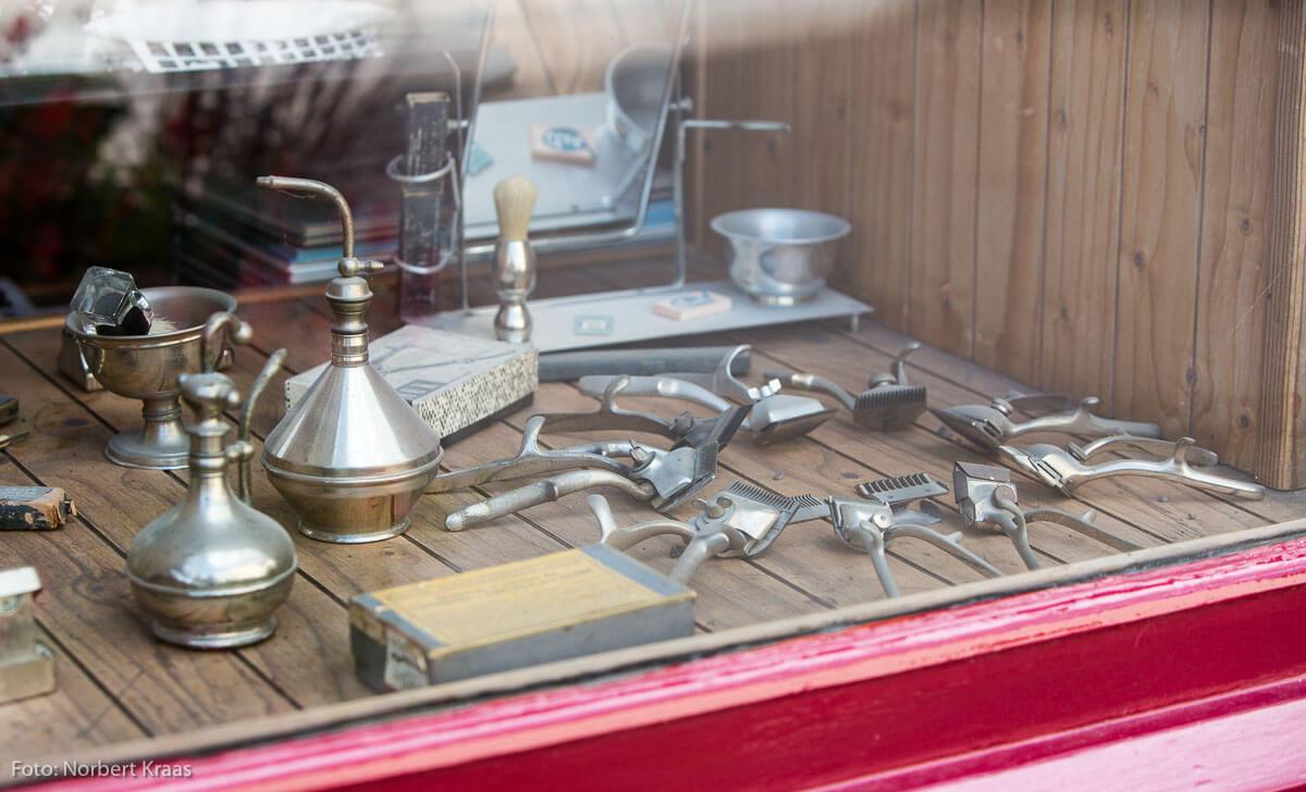 Historische Friseurgeräte in einem Friseursalon in Buxy, Burgund.