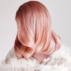 Zartes Rosé, eine dezente und stilvolle Haarfarbe