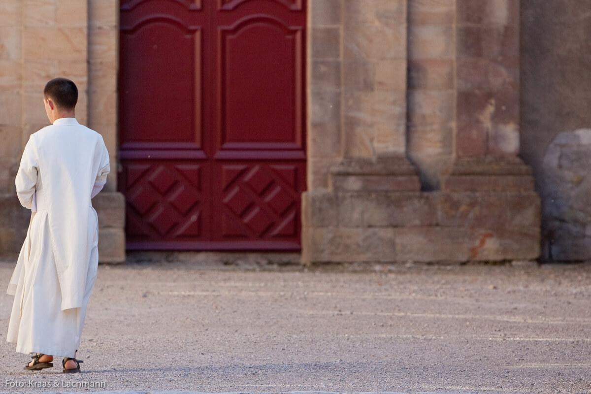 Kein Schlabberlook, sondern der gut sitzende Habit eines Mönchs der Regularkanoniker im französischen Lagrasse.