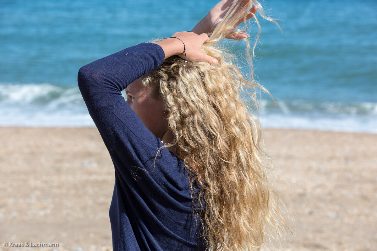 Wie fühlt sich mein Haar heute an? Der Griff ins eigene Haar ist für viele Menschen ein Stimmungsindikator