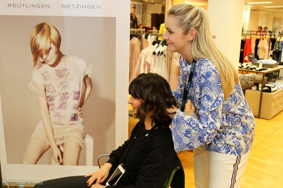 Topstylistin Janine Zwietasch: auch in der Hektik einer Modenschau konzentriert und in bester Laune