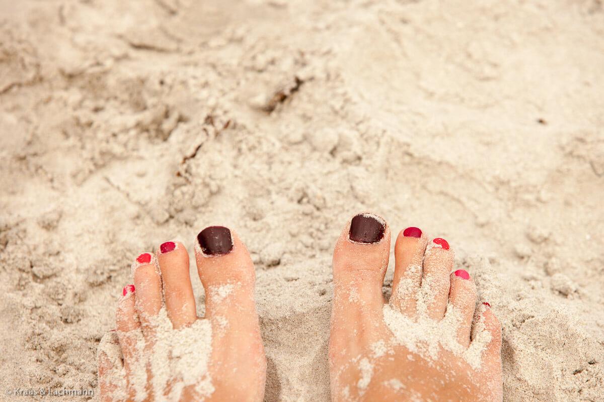 Kleine Achtsamkeitsübungen für den nahenden Sommer: das Meer anschauen und den Sand zwischen den Zehen spüren...