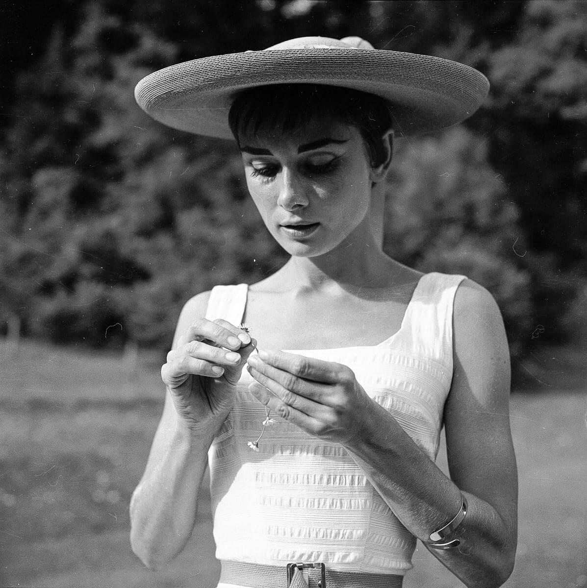 "Stil-Ikone Audrey Hepburn in der Schweiz, 1954. Foto: Hans Gerber, CC BY-SA 4.0 · <a href=""http://doi.org/10.3932/ethz-a-000105877"" target=""_blank"" rel=""noopener"">http://doi.org/10.3932/ethz-a-000105877</a> · <a href=""https://commons.wikimedia.org/w/index.php?curid=42574918"" target=""_blank"" rel=""noopener"">https://commons.wikimedia.org/w/index.php?curid=42574918</a>"