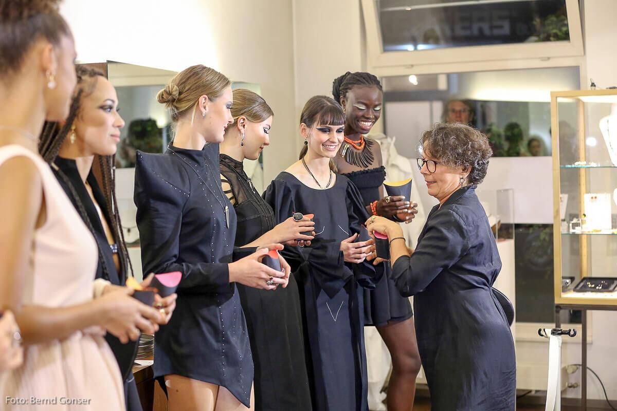 Exklusive Abendmode in nude and black, so hieß das Thema für die angehenden Designer aus Metzingen. Gezeigt wurden Kollektionsteile des 2. Jahres wie auch Abschlussarbeiten.