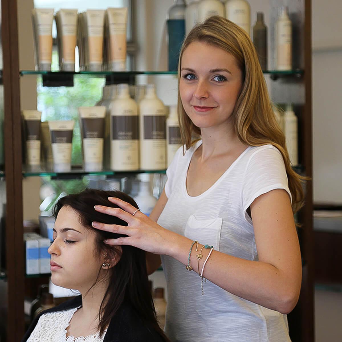 So geht Erholung beim Friseur: eine Kopfmassage gehört bei uns dazu