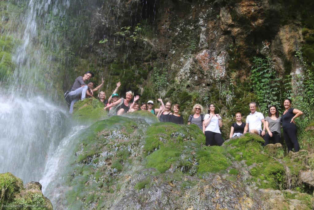 Gut gelaunt und erfrischt, Frisörinnen und Frisöre von Daniel Schmid am Uracher Wasserfall