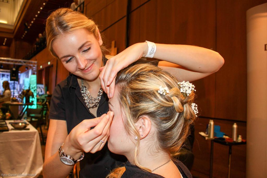Konzentriert und gut gelaunt: Unsere Topstylistin Janine Zwietasch beim Hochzeitsstyling