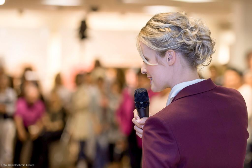 Auch eine Modenschau-Moderatorin muss in Sachen Frisur überzeugen